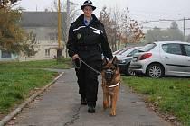 Psovodka Pavla Králová a její služební pes na obchůzce kolem jirkovského Horníku. V ulicích už je Jirkované nepotkají.