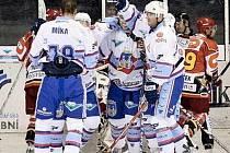 V ZÁPASE Chomutova s Hradcem měli více důvodů k radosti chomutovští hokejisté. Ti po dvou gólech Dudy a jednom Míky s Kraftem porazili východočeského soupeře 4:2.