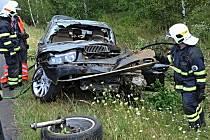 Z BMW, s nímž žena vylétla ze silnice, zbyl skoro jen šrot.