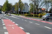 Červený pruh cyklostezky na křižovatce u jirkovského autobusového nádraží.
