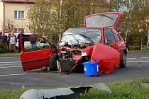 Auto, které nabouralo do stojanu OMV.