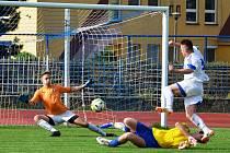 Tým Tatranu Kadaň (ve žlutém) podal proti Lounům nejlepší podzimní výkon, ale ani ten na body domácím nestačil. Na snímku jeden z útoků Loun.