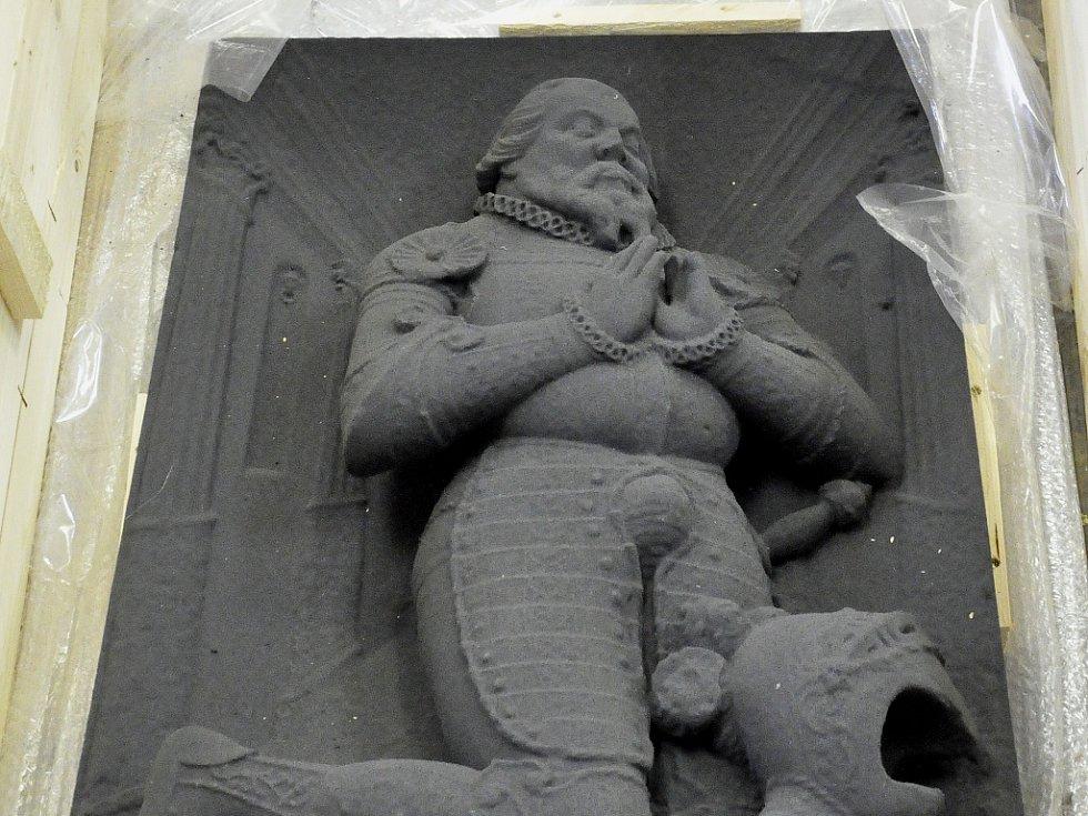 Replika Karlovicova pískovcového náhrobku umístěného v kostele sv. Jiljí v Jirkově.