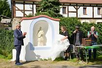 V Orasíně odhalili opravenou výklenkovou kapličku se sochou svatého Jana Nepomuckého. Její autorkou je Jitka Valevská Kůsová.