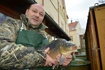 Štefan Kolenčík prodával šupináče za chomutovskou radnicí před Vánocemi v roce 2017