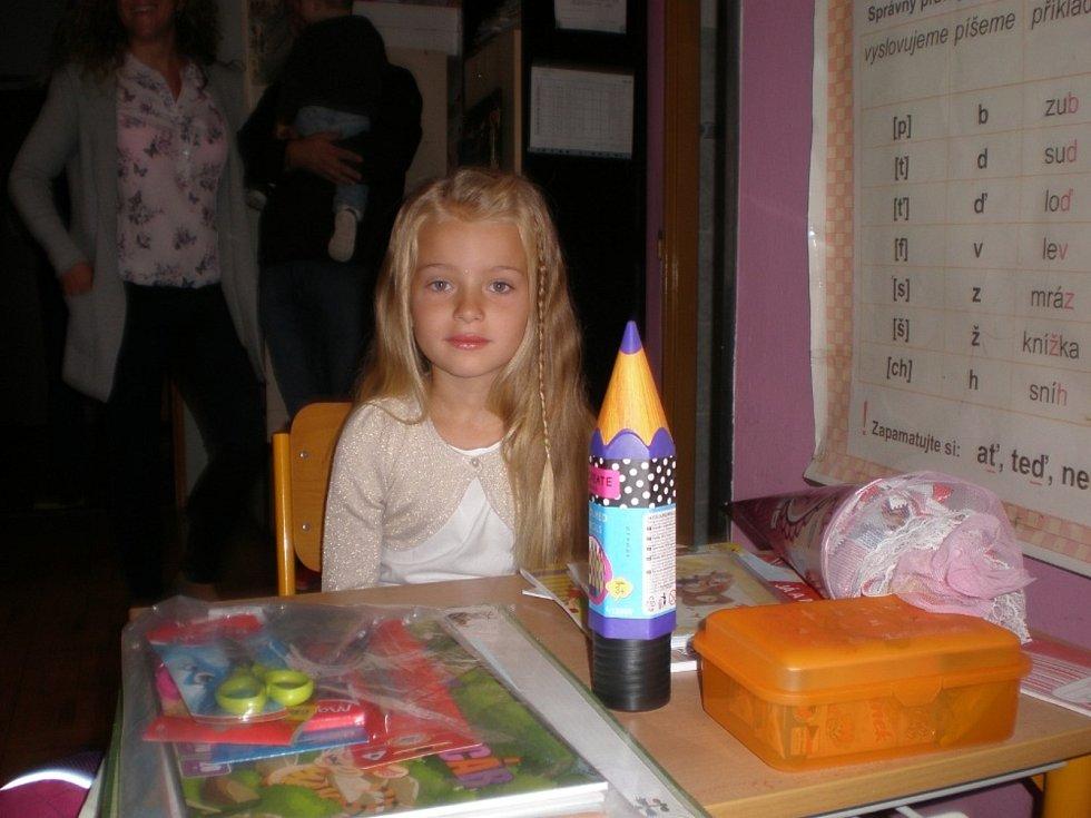 Terezka Bačíková zasedla 1. září poprvé do školní lavice ve Vysoké Peci. Do školy ji doprovodili rodiče. Odměnou byl školačce i kornout plný sladkostí.