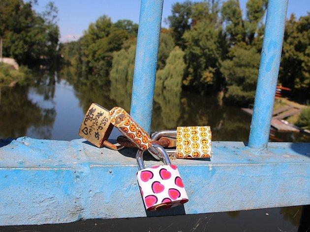 Několik zámků zamilovaných na mostě Veslařů vLounech. Archivní foto