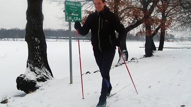 PROTÁHNOUT si tělo na běžkách se na Kamencové jezero vydal také Tomáš Hudák.