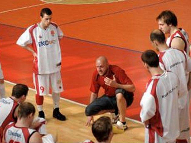 Basketbalisté BK Chomutov s trenérem M. Doksanským.
