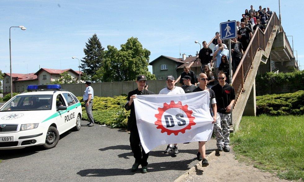Dělnická strana se vydala na pochod po Chomutovu za asistence policie, strážníků i příslušníků pořádkové jednotky.