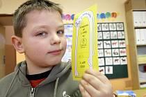 JSEM PRVŇÁK! Vašek David ukazuje hrdě vstupenkou do první třídy, kterou si u zápisu vysloužil.