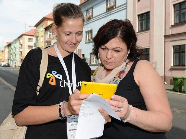 """DOTAZOVÁNÍ probíhá prostřednictvím on-line dotazníků, ale také na ulici. Na snímku vlevo je """"tazatelka"""" Lucie Škubová."""