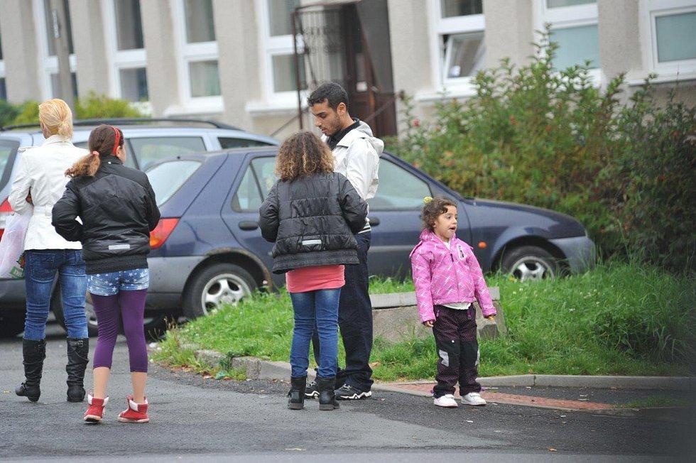 Před klubem Roxy na sídlišti Písečná začala těsně před volbami romská zábava. Dochází tu ke kupčení s hlasy?
