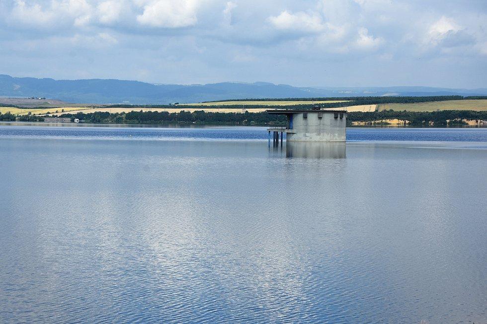 Nechranická přehrada je lákadlem pro turisty, sportovce, chataře a rybáře.