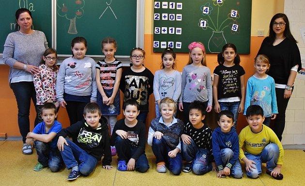 Prvňáci z1. B ZŠ Školní vKadani paní učitelky Kateřiny Kusé (vpravo). Jsou ze třídy Flafíků.