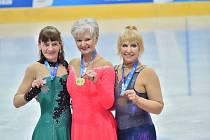 Dagmar Knížetová (uprostřed) s medailí.