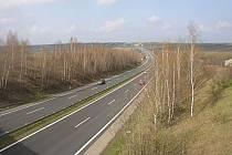 Dálnice D7 vede z Prahy přes Slaný a Louny do Chomutova, kde navazuje na modernizovanou silnici I/7 k německým hranicím. Na snímku úsek u Brandýsku.