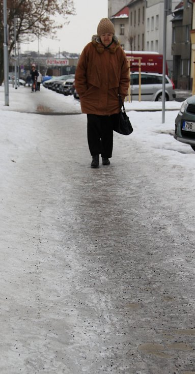 Chodník u Luny je samý led. I přes posyp po něm lidé musí kráčet s největší opatrností.