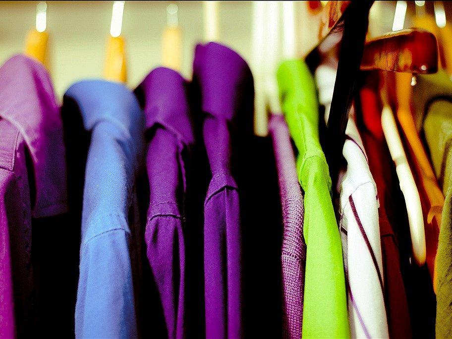 Ilustrační foto: Oblečení ve skříni