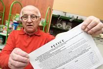 Jeden z podpisových archů je k dispozici v chomutovské prodejně zahradnictví v Nerudově ulici. Svůj podpis pod petici připojil i Vladimír Krupička (na snímku).