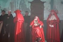 Omšelé útroby kostela ve Výsluní jsou pro natáčení historického velkofilmu jako stvořené.