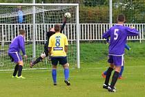 Velkou překážkou byl pro útočníky Března (modří) hostující gólman Lukáš Kouba. Na snímku likviduje velkou šanci domácích, když vytěsnil míč, který směřoval do šibenice.
