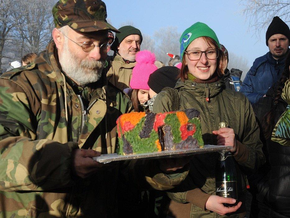 A vítězem se stáváááá... Prostě největší a nejvojenštější jednohubku připravila Kamila Minaříková z Vysoké Pece (na snímku vpravo). A mimochodem je to redaktorka Chomutovského deníku:)