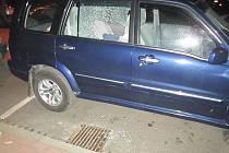 Rozbité okénko u auta.