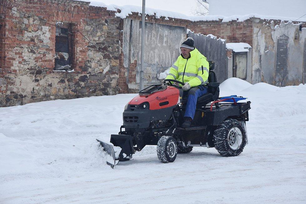 Úklid sněhu na návsi ve Vrskmani.