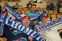 """ČTVĚŘICE chomutovských fanoušků na stadionu v Jönköpingu. """"Je to tu hezké, ale nikdo nefandí,"""" smáli se."""