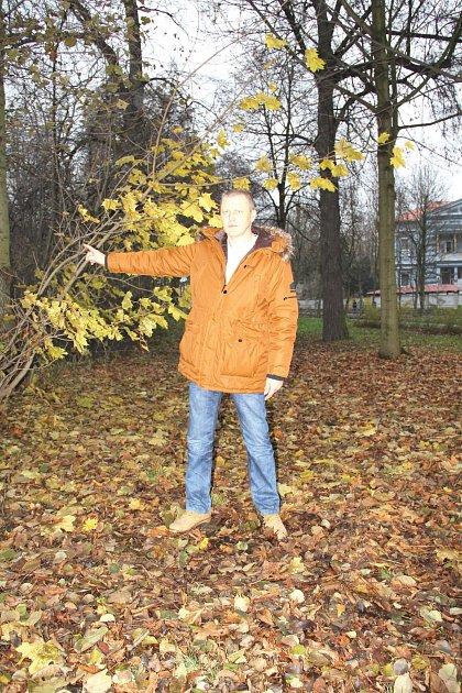 Martin Tuček ukazuje na oplocený zarostlý pozemek uBremenu , kdy by měli mít nové zahrádky.