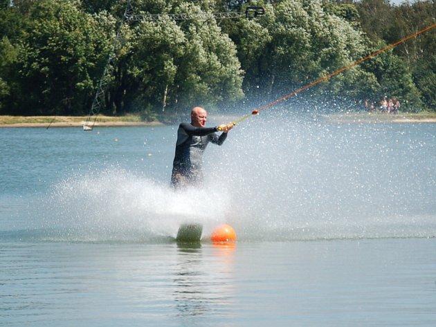O víkendu se na Velkém Otvickém rybníku proháněli vodní lyžaři.
