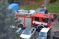 Chomutovští hasiči v ulici Skalková, kde zajišťovali plech uvolněný silným vichrem.