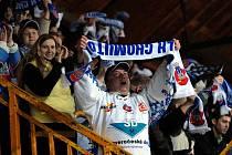 Chomutovští fanoušci oslavují vítězství svého týmu na kadaňském zimním stadionu.