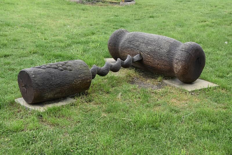 Parky, příjezdová cesty a další veřejná prostranství v Březně zdobí desítky soch. A protože je obec známá jako vinařská, nechybí ani umělecky ztvárněná vývrtka.