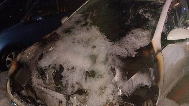 K požáru osobního auta vyjížděli v sobotu ráno hasiči v Kadani.