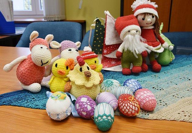 Velikonoční a vánoční hračky a dekorace.