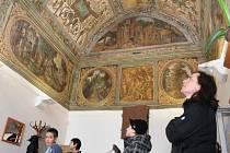 Malebná zákoutí nabízí budova chomutovské starobylé radnice. Rodina na snímku si prohlíží nástěnnou a stropní malbu v unikátní klenotnici. Zájemci mohou podívat i do Art galerie, expozice oblastního muzea či kanceláře primátora.
