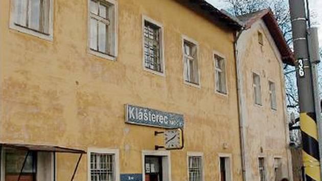 PROKOUKNE. Místní nádraží získá novou fasádu i okna. Zaplatí je České dráhy.