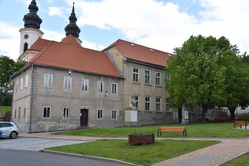 Dům na náměstí, který chce obec obnovit a přestěhovat tam školu.