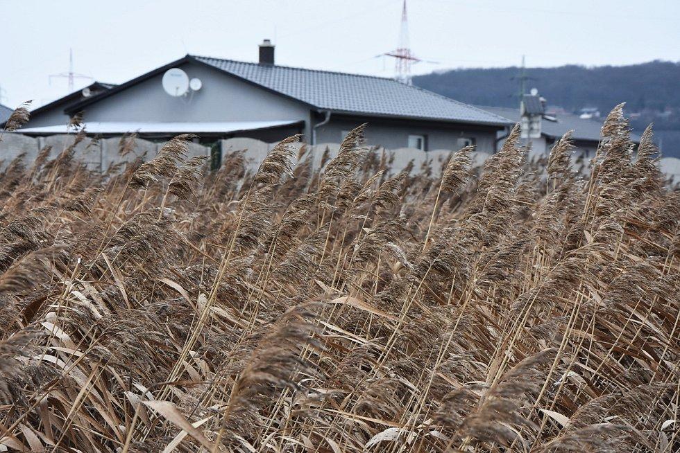 Do domků za milion, které jsou na výjezdu směrem k Jirkovu, před lety ochotně investovali lidé ze sídlišť.