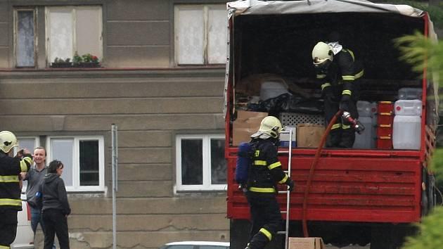 U červencové razie policie v Chomutově zasahovali i hasiči.