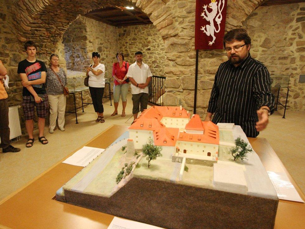 Historik Lukáš Gavenda nad replikou kadaňského hradu.