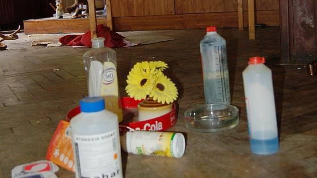 Omamný dýchánek. Zbytky ironu a hydroxidu sodného, uprostřed popelník a kytička...