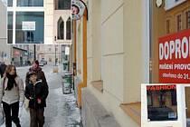 NEDAŘILO SE. Mnoho z prodejen zeje prázdnotou (ve výřezu), další co nevidět budou. Obchodníkům stěžuje podnikání fakt, že ulicí prakticky nikdo nechodí. Kromě obchodů je prázdných i několik domů. V historické ulici se daří hlavně restauracím a obchodům, k