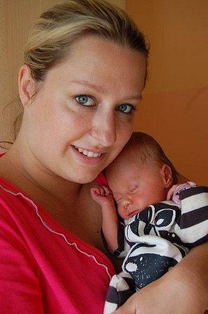 Natálku Kučerovou ksobě tiskne maminka Michaela Musková. Holčička se narodila 13.7. ve 23:45 hod. vChomutově, měřila 46cm a vážila 2,25kg.