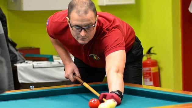 Na snímku je zachycen v utkání proti Plzni při hře jednoband chomutovský hráč Jiří Ott.