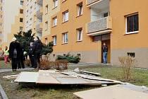 Začalo vyklízení vytopených bytů z paneláku v jirkovské ulici Na Borku