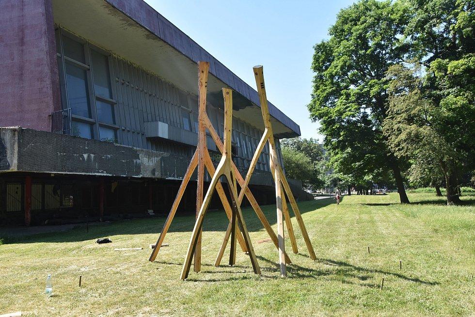 Instalace s názvem Návštěva, kterou Josef Šporgy umístil před bývalé chomutovské lázně.