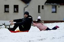 Ačkoliv sníh na parkovištích v Jirkově vadil, tak lidem pod hradbami v Kadani přinesl radost. Na nábřeží u Ohře spousta lidí krmila kachny.
